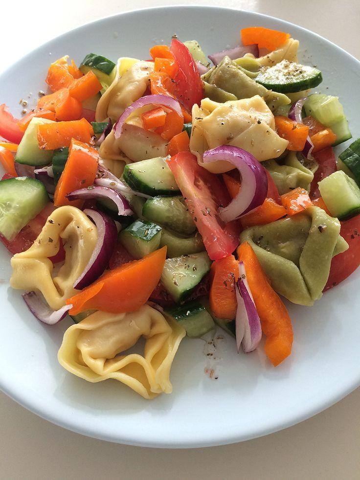 Griekse Tortellini SaladeDeze vegetarische pasta salade is heerlijk fris en heeft een Grieks tintje. De groenten die door deze salade zitten passen bij het idee hoe een Griekse salade hoort te zijn. Hij is snel te maken en ook goed bruikbaar op zomerse dagen, omdat hij licht is. Met andere woorden gewoon een heerlijke salade van tortellini