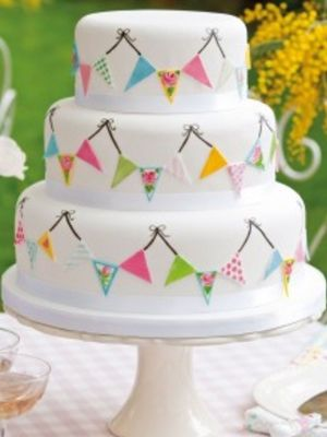10 pretty birthday cakes with bunting from Pinterest - Slide 6.