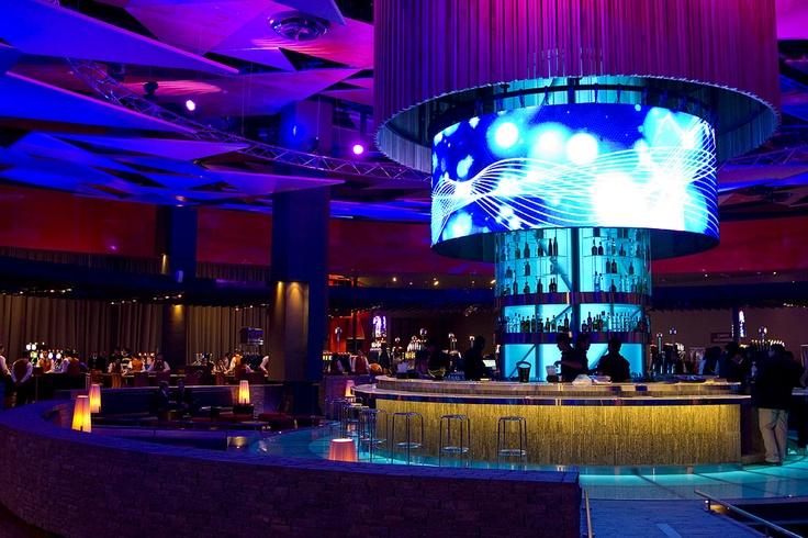 360 bar de enjoy Santiago es el lugar perfecto para pasar un gran momento con amigos.