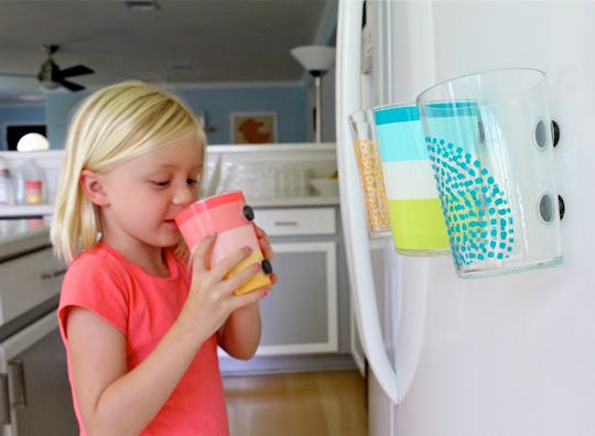 Do fewer dishes with the help of magnets! 071612-magneticcups.jpg: Kids Cups, Fridge Magnets, Plastic Cups, Magnets Cups, Apartment Therapy, Fewer Dishes, Clever Solutions, Great Ideas, 4 Kids