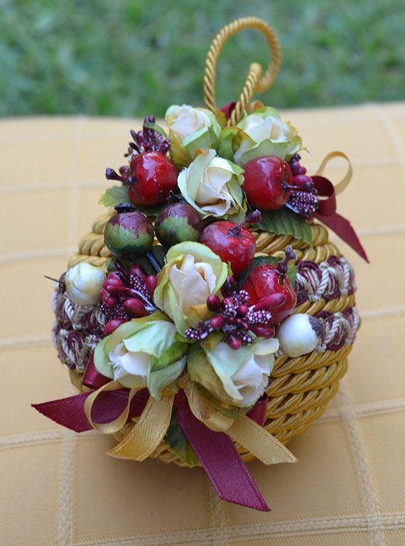 """PALLA """"NATALIA"""" GRANDE - Oro - PatriziaB.com  Palla natalizia rivestita con cordone in seta e adornata da passamaneria e fine decoro di roselline in stoffa e fiocchi di raso bicolore"""