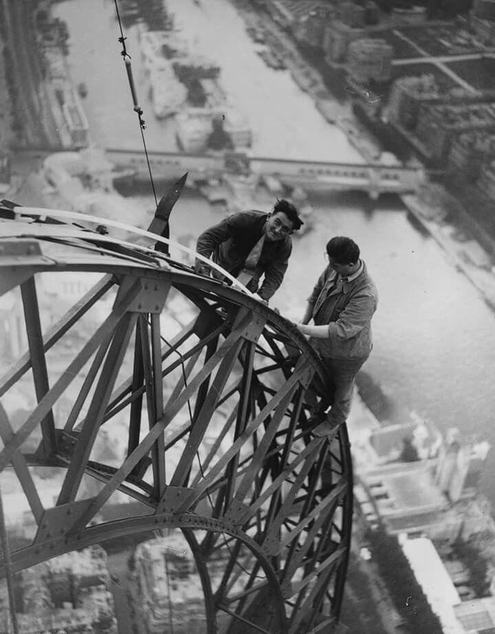 #foto che hanno segnato un'epoca Due elettricisti lavorano alle luci della Torre Eiffel per illuminare la notte della mostra di Parigi, 1937