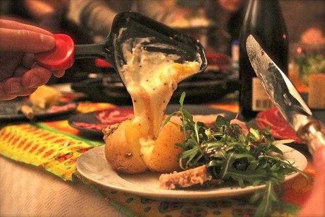 Ideen und Zutatenliste für das perfekte Raclette – mit dieser Einkaufsliste gelingt die geschmolzene Käsespzialität garantiert Was könnte es an einem kalten Winterabend gemütlicheres geben, als sich gemeinsam mit Freunden und Familie an einem Raclette zu laben? Alleine der Gedanke an geschmolzenen Käse lässt wohl schon bei den meisten das Wasser im Mund zusammenlaufen. Was Sie sonst noch brauchen, damit ihr Raclette-Abend ein voller Erfolg wird, erfahren Sie hier:   – RodrigoAlberto