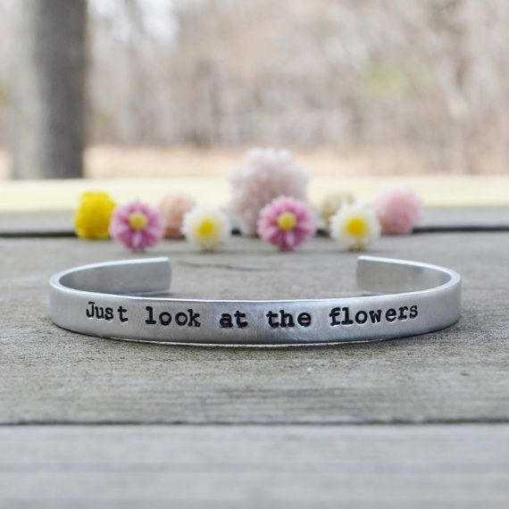 "Una pulsera con la frase original ""Just look at the flowers"" (tú mira las flores): 