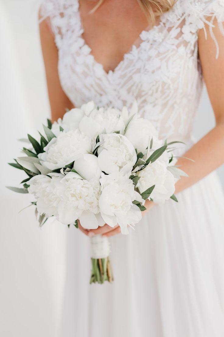 Eine entspannte Restauranthochzeit auf der Insel Mykonos   – Hochzeit – #auf #de… – Blumenkranz Ideen