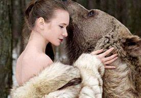 25-Apr-2015 12:04 - MODELLEN POSEREN MET ECHTE BEER. Je moet het maar durven: voor een fotoshoot van de Russische fotografe Olga Barantseva poseerden twee modellen met een levensechte beer. De foto's zijn onderdeel van een campagne tegen jagen en laten de 'natuurlijke harmonie tussen mens en dier' zien.