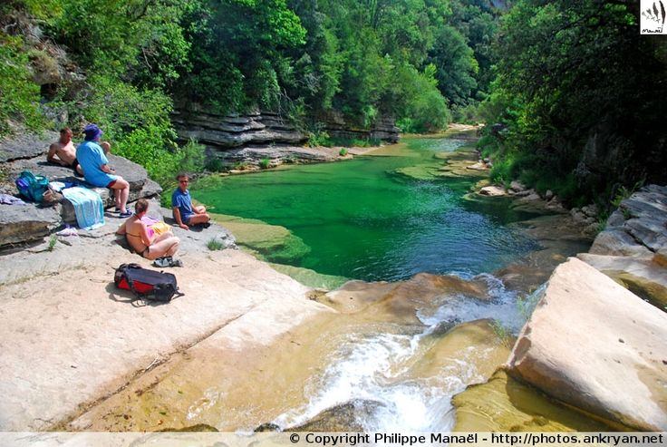 Les immenses vasques dans les gorges de Guatizalema sont l'occasion de baignades lors d'une randonnée aquatique (Sierra de Guara, Espagne)