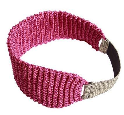 Faixa de cabelo em crochê de fio sintético magenta e acabamento de elástico com fios dourados. Versátil, ideal para compor um look básico com muito estilo. Dimensões: L 6 cm x P 40 cm.