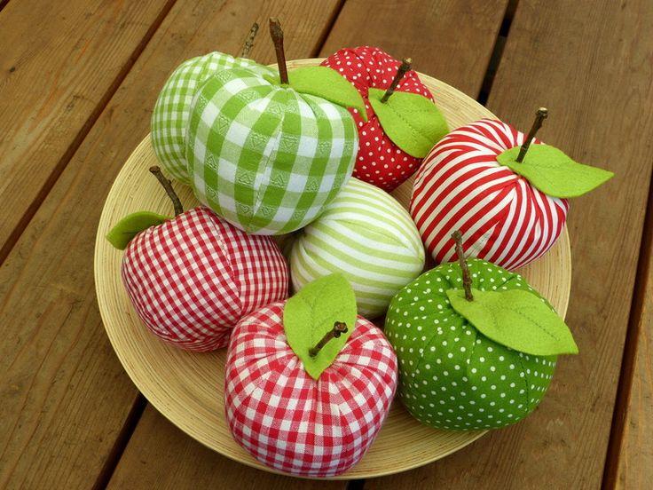 Holen Sie sich den Sommer ins Haus….    Ein süßer Deko- Äpfel aus verschiedenen Baumwollstoffen genäht mit einem Filzblatt und einem kleinen Stück get