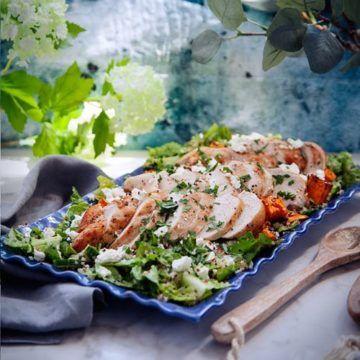 En fräsch och mättande kyckling- och sötpotatissallad sallad med bulgur, med smak av ingefära och vitlök. Toppad med härlig fetaost! Här hittar du receptet.