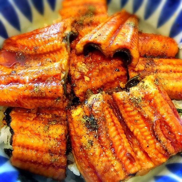 冷凍鰻だったので、一度タレを洗い流してお酒で蒸して、日本から持ってきた「山吹」の蒲焼のたれで煮焼きしました(^_^) 山椒もたっぷりです。 - 61件のもぐもぐ - 鰻丼 by erisa