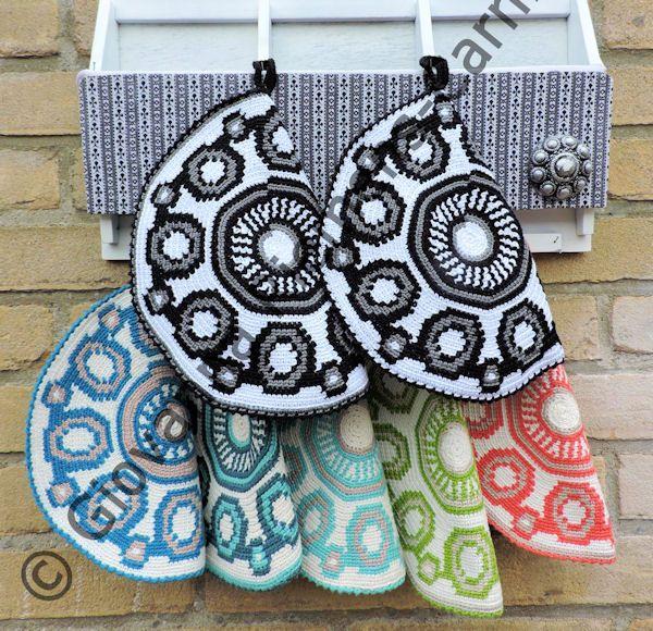 Ja, daar ben ik weer met een Zeeuws handwerkje :-)  Je hebt ze vast al vaak voorbij zien komen, de kleurrijke mochilla tassen , gehaakt met...