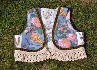 Coletes em tecido e crochet