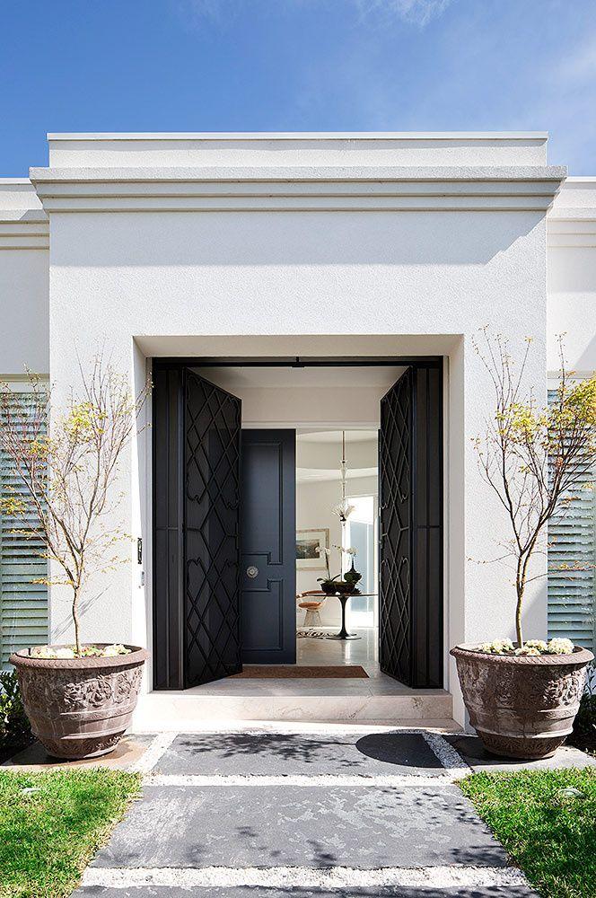 Con sus hermosas puertas de piso a techo, la entrada de la vivienda es un elemento clave.