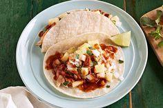 ¿Te gustan los tacos de pescado? Pues entonces te encantará esta receta con huachinango al pastor más el sabor de la piña.