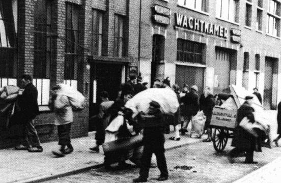 Groningen 1940-1945 Groningers plunderen Duitse opslag
