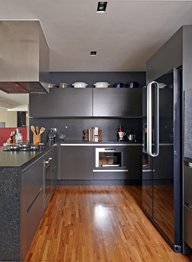 Sem divisões, apartamento é decorado com cores sóbrias