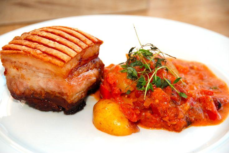 Her får du opskriften en meget lækker grillet svinebryst med italienske flødekartofler, der er med bacon, tomater og fløde. Grillet svinebryst med italienske kartofler giver både et virkelig mørt s…