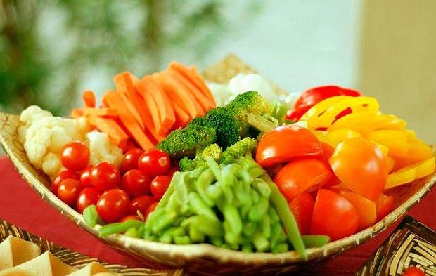 """""""Любимчики"""" печени - сладкие фрукты и сухофрукты - бананы, инжир, курага, финики, изюм, чернослив, а также свежие фруктовые десерты и мед. Всевозможные овощные супы, разнообразные овощные рагу, салаты и винегреты, заправленные любым растительным маслом - еще одна нежная привязанность печени."""