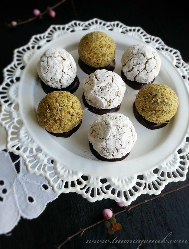 Malzemeler:  - 3 yumurta akı  - 200 gr toz şeker  - 220 gr toz yeşil fıstık  - 160 gr hindistan ceviz...