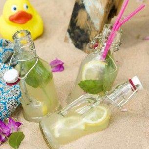Recept på lemonad med citron och citronmeliss för sommarens varmaste dagar. Citronlemonad svalkar härligt och går snabbt att göra. Klar på 10 minuter!