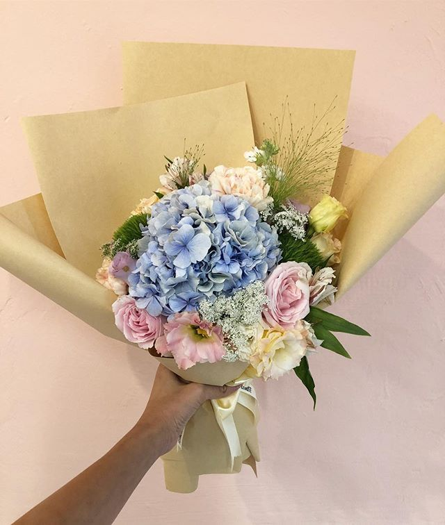 Happy Humpday Fleuristesg Hydrangea Roses Flower Arrangements Flower Delivery Floral Wreath