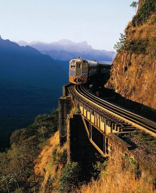 Que tal um passeio de trem pela Serra do Mar?
