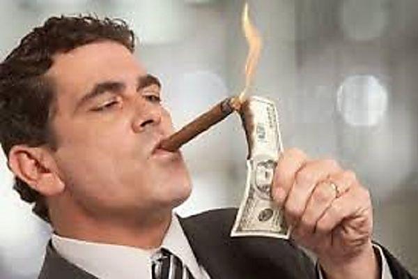 Ex Banquero revela como los bancos usan los fondos de sus clientes, ¡en estado de shock!