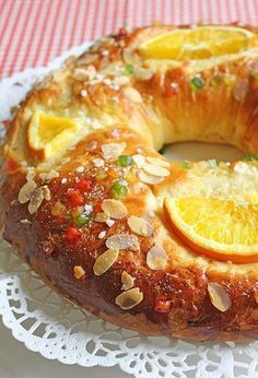 Ingredientes: 650 g de harina de fuerza250 ml de leche tibia25-30 g de levadura fresca120 g de azúcar120 g de mantequilla derretida2 huevos y 1 yema10 g de sal2 y 1/2 cucharadas de agua de azaharPiel rallada de 1 limón grande y 1 naranja Para decorar: Frutas escarchadas al gustoAzúcar1 huevo bati...