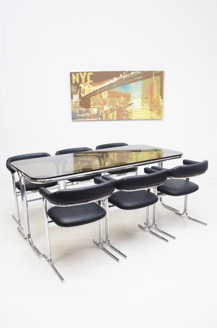 Super mooie eetkamer set, De buisframe tafel heeft een rookglazen blad en de stoelen lijken recent bekleed met skai, dus nog in heel mooie staat. In een goede vintage staat.