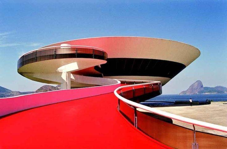 2016年のリオデジャネイロオリンピック開催を目前に控えた、日本とブラジルの外交樹立120周年記念事業の一つ。 ブラジルのモダニズム建築の父、オスカー・ニーマイヤー(1907-2012)の日本における初の大回顧展が東京現代美術館で開催されています。世界遺産にも登録されている彼の曲線を活かした作品群には目を見張るものがあります。