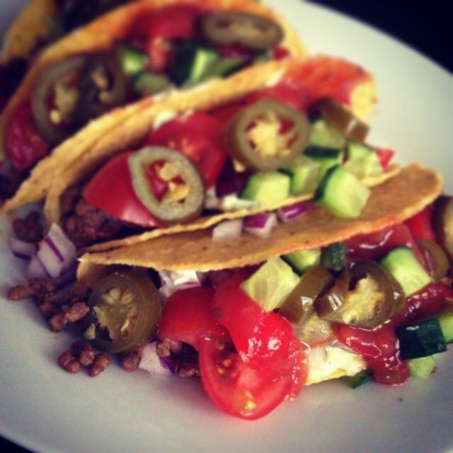 Klassiske tacos med cherrytomater, agurk, rødløg, jalapenos, hjemmelavet guacemole, salsa og hakket oksekød, stegt med tacokrydderi og sweet chili sauce.
