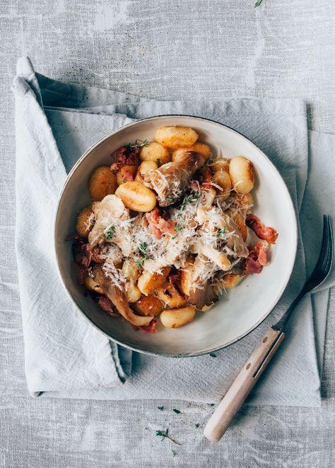 Carbonara is lekker, maar gnocchi carbonara is nog lekkerder! De gnocchi kook je en bak je daarna in de pan mooi goudbruin en krokant.