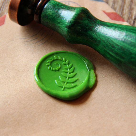 Usted recibirá un sello de sello de cera con la hoja de helecho  1. Estampilla solamente: 1 pieza cera sello sello con primera imagen 2. tamaño: aprox. 9cm de altura y 2,5 cm redondo 3. hecho con bronce cromado con mango de madera 4. ideal para scrapbooking, invitaciones, embalaje de regalo, envases y cualquier proyecto creativo!   Mango de madera 10 colores disponibles: -Negro -Madera -Azul marino -Rosa -Rojo -Naranja -Púrpura -Verde -Cielo azul -Amarillo   Opciones de orden: -Sello -Con 1…