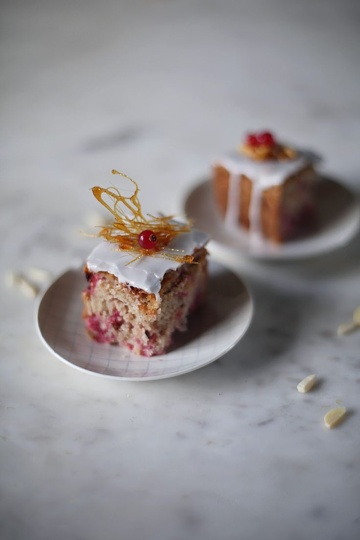 glutenfree red currant cake with almonds