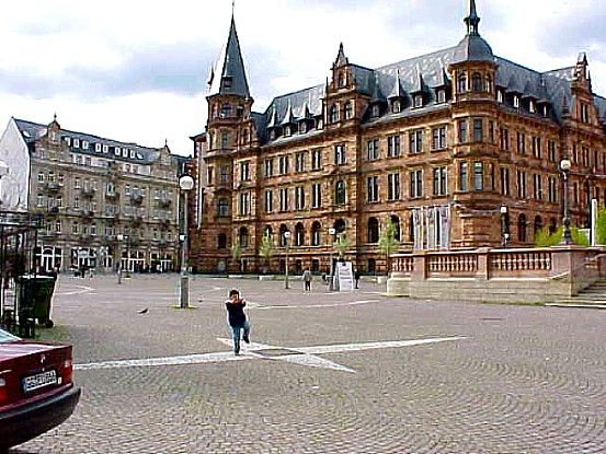 Wiesbaden es la capital del estado federado alemán de Hesse. Es una ciudad situada en el suroeste de Alemania, a orillas del río Rin, cerca de la desembocadura del Meno y frente a la ciudad de Maguncia, situada en la margen contraria