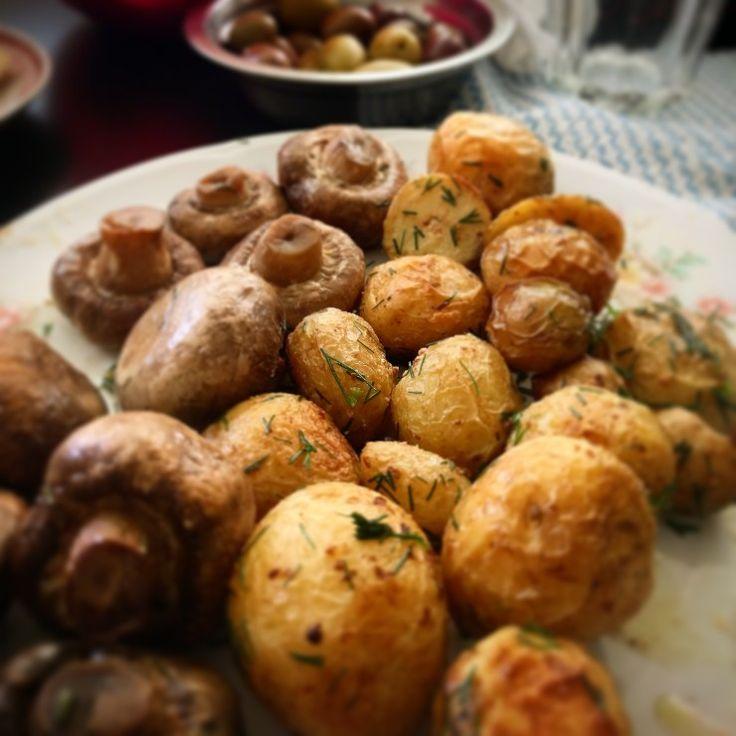 Cartofi la cuptor cu marar si ciupercute + masline + o salata mare cu verdeturi din piata :) Va doresc o saptamana usoara plina de iubire ❤️