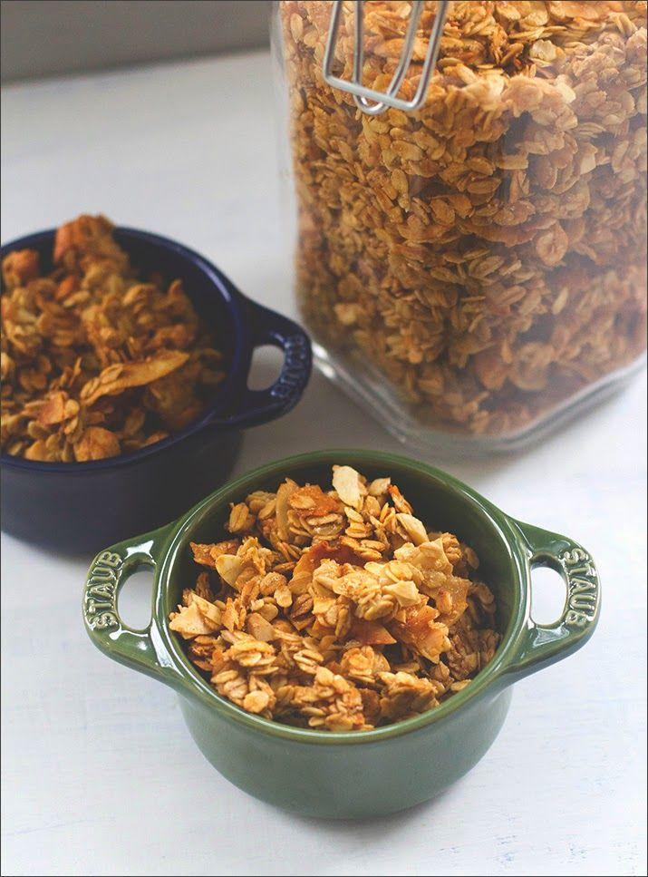 hausgemachtes Knuspermüsli, serviert in zwei kleinen Schälchen
