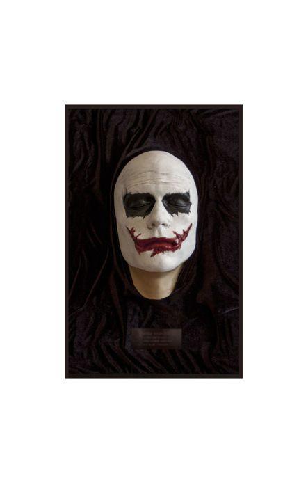 Heath Ledger-Joker. Masker Life.S.XXI. Natuurlijke grootte.  Stuk gemaakt van hars die het gezicht van de noodlottige acteur Heath Ledger voorstelt wanneer het vertegenwoordigd zijn beter erkend papier één van de Jocker in de donkere nacht. Het is eigenlijk een stuk gebaseerd op de feitelijke metingen van zijn gezicht wanneer het filmen van de film omdat de silicone dat werd gegoten op zijn gezicht een exacte mal van zijn fysionomie is gemaakt. Het is een stuk gewaardeerd door het feit dat…