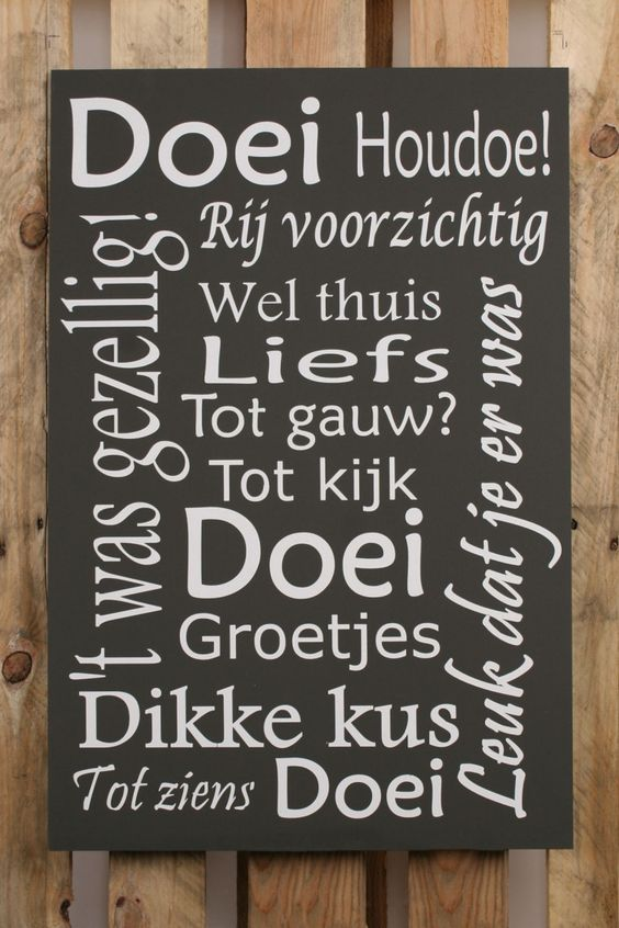 """WOORDENSCHAT : HOUDOE : (met klemtoon op de eerste lettergreep) is een Brabants woord dat in grote delen van Noord-Brabant, het zuiden van Gelderland en in een deel van Limburg gebruikt wordt als afscheidsgroet. Het woord is waarschijnlijk afgeleid van 'Houd oe' (eige) goed (vrij vertaald : """"pas goed op jezelf"""", """"behoud uzelve""""). / DOEI : (informeel) een begroeting of afscheidsgroet. Synoniemen : Aju, Ajuus, Bye, Ciao, Daag, Dag, De mazzel, Doeg, Gegroet, Goedendag, Hoi, Tabee, Toedeloe"""