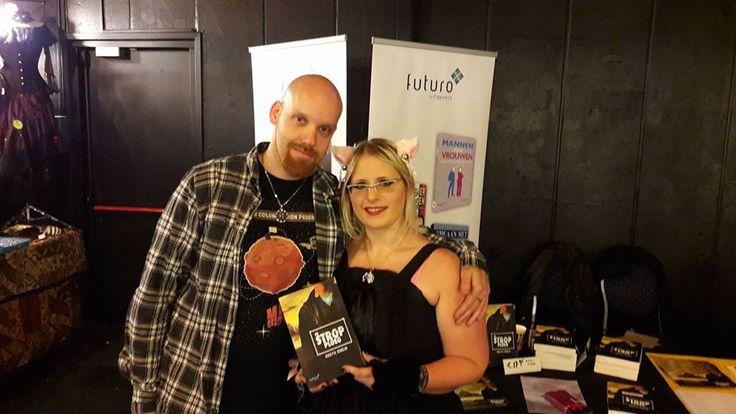 Auteur Koen Romeijn samen met de winnaar van zijn boek 'De Strop Ploeg' op de Gothic & Fantasy beurs in Rijswijk. #destropploeg #koenromeijn #scifi #thriller #gothicbeurs #futurouitgevers