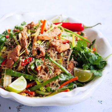 Prova Ulrika Davidssons fräscha kycklingwok med sjögräsnudlar! Det blir otroligt gott när man wokar ihop dem med en god marinad. Recept finns på Tasteline.