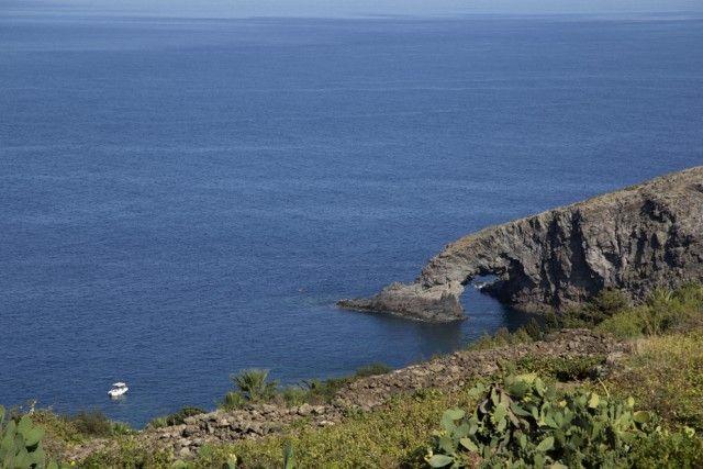 A Pantelleria siva a caccia dicalette incantate,l'Arco dell'Elefante (nella foto), il Laghetto delle Ondine con la piscina naturale, l'insenatura della Scarpetta di Cenerentola.Ma è bello anche inerpicarsilungo i sentieri a mezza costa della Montagna Grande, fra una selva di fichi d'india e finocchietto selvatico, fino alla grotta di Benikulà, una sauna naturale. Proseguendo, si arriva alle favare, spettacolari emissioni di vapore.