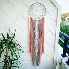Maxi attrape rêve dreamcatcher bohême ethnique marron, beige et corail, biais dentelle ruban pompon laine