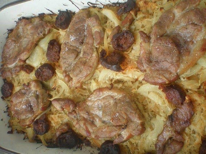 Ki szereti? Sült tarja savanyú káposzta ágyon A savanyú káposzta hússal párosítva egy igazi, tartalmas, étel egy kevés kolbásszal es hagymával...
