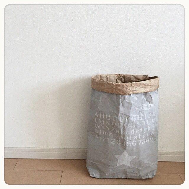 . 今日はグレーのペーパーバックを 作りました。 . ちょっとハンドメイド熱が 上がってきた‼︎w . . #paperbag #handmade #grey #stencil #米袋 #ペーパーバック #グレー #手作り #アルファベット #数字 #ペンキ #ステンシル