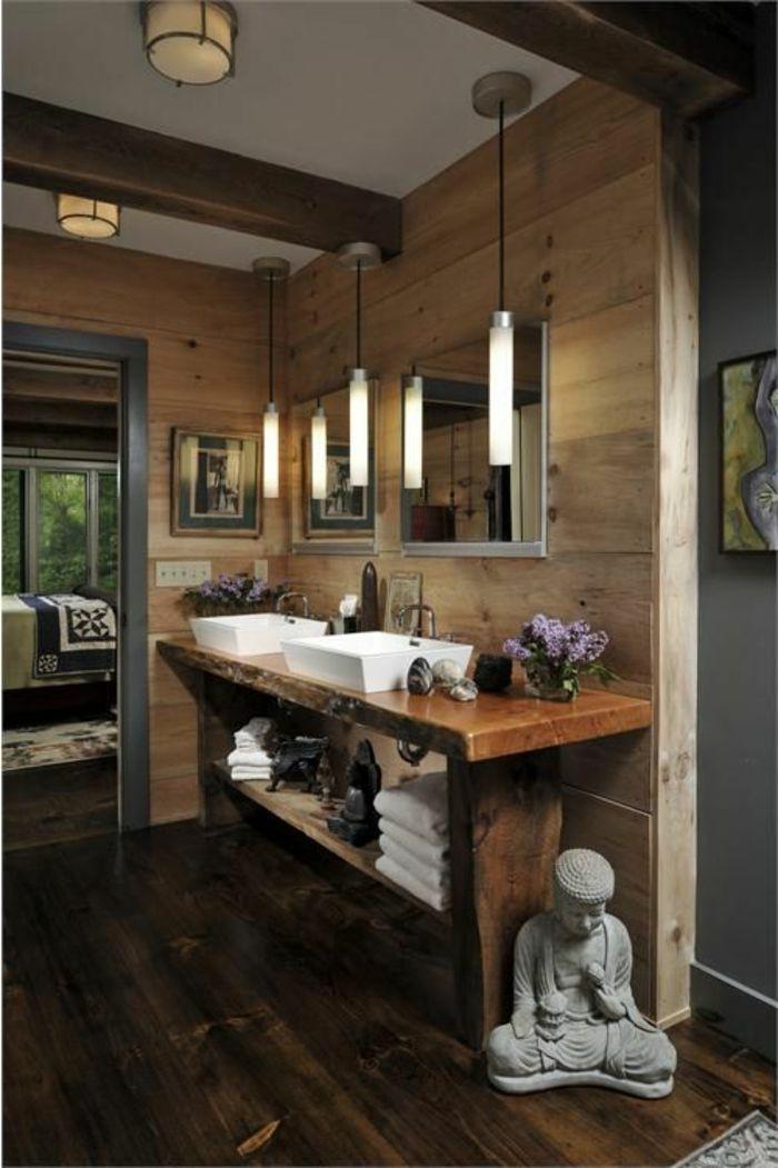 salle de bain ancienne en bois, salle de bains rustique, mur en bois avec miroir, lustre dans la salle de bain
