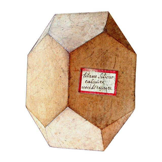Om de haast oneindige hoeveelheid kristalvormen in beeld te brengen, stortten mineralogen zich eind 18e eeuw op het vervaardigen van kristalmodellen. De eerste verzamelingen werden geproduceerd door Jean-Baptiste Romé de I'Isle, in terracotta. Al in 1785 schafte museumdirecteur Martinus van Marum in Parijs een complete set van honderden exemplaren aan. Omstreeks 1800 deed de Franse abt René Just Haüy dat nog eens over met houten modellen.
