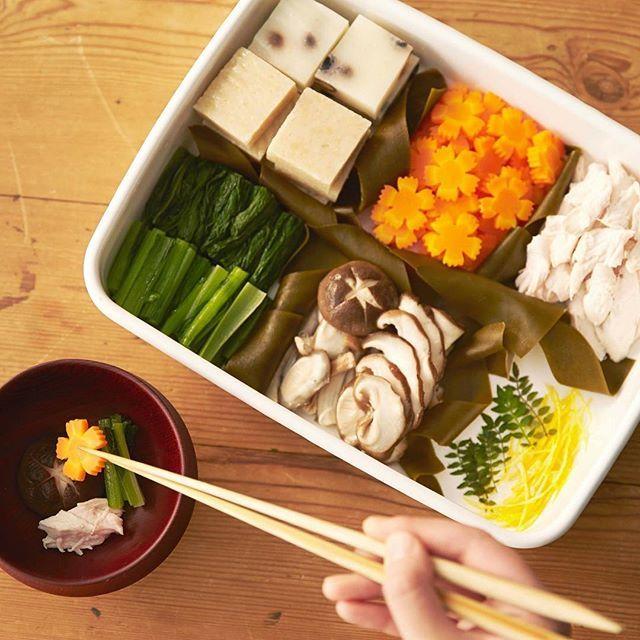 . 【お雑煮三が日セット】 お正月の料理、おせちは作らずともお雑煮は欠かせないという方は多いのではないでしょうか? でも、野菜を切って、下茹でしての作業を、食べる度にするのは面倒。三が日分のお雑煮の具を、あらかじめ下茹でして作り置き保存しておけば便利です。お餅を焼き、7daysパーシャルで保存した具を、だしの入ったお鍋でさっと煮るだけでお雑煮は完成。時短調理な分、ゆっくりと過ごせます。 7daysパーシャルなら−3℃の微凍結状態で保存するから、たくさん下茹でしてもおいしさが約1週間長持ち。完全に凍らない微凍結状態だから、解凍する必要もなく、使いたい分だけすぐに取り出して使えます。  #ふだんプレミアム #Panasonic #パナソニック #お雑煮 #お餅 #正月 #三が日 #野田琺瑯 #冷蔵庫 #7daysパーシャル #マイナス3度 #微凍結 #微凍結パーシャル #作り置き #常備菜 #鮮度長持ち #おいしい #鮮度 #1週間  #デリスタグラマー #delistagrammer #instafood #下茹で
