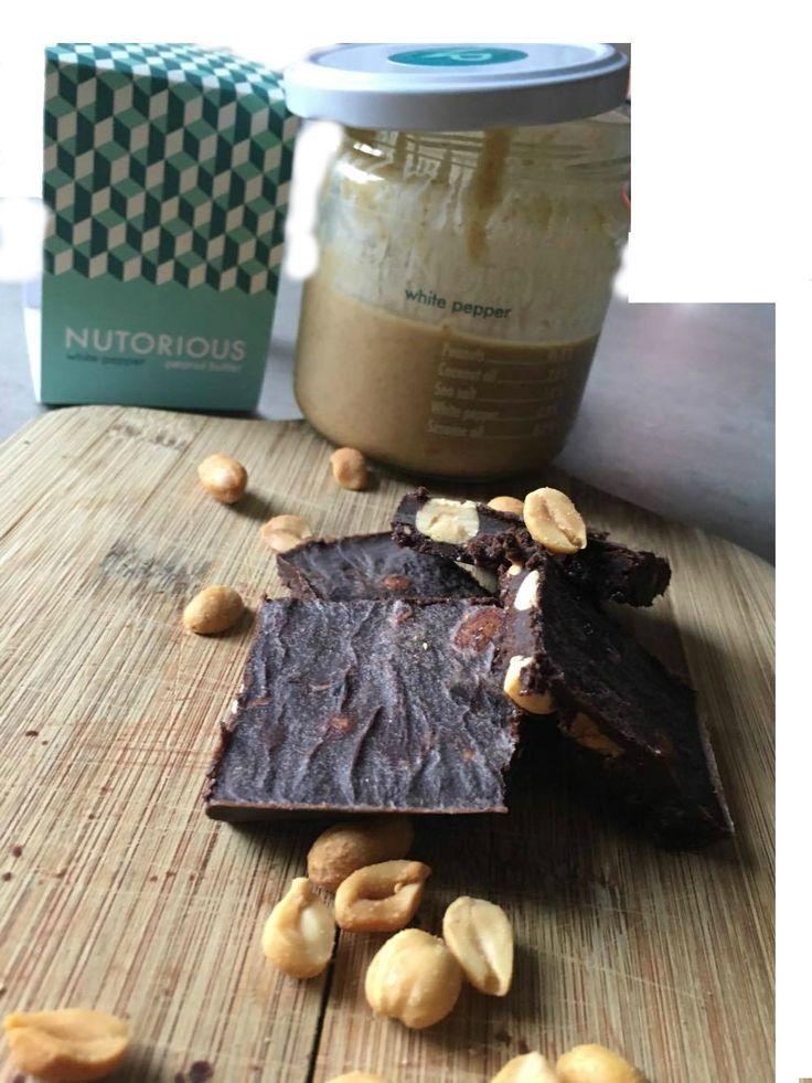Chocolade fudge met gezouten pinda's. Lees dit recept en meer gezonde recepten voor ontbijtjes, tussendoortjes en smoothies op mijn blog, Organic Happiness.